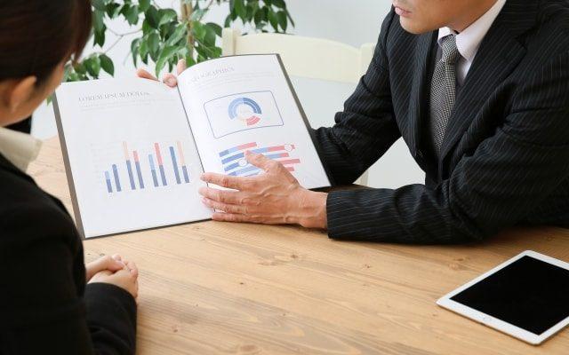 商談中の営業マン